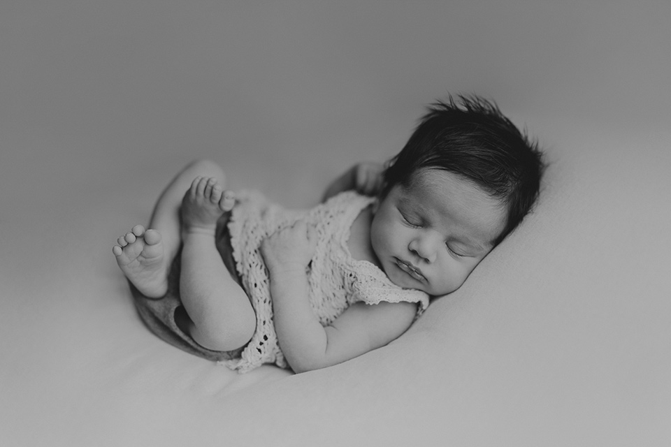 newborn-fotografie-lttile-love-black-and-white